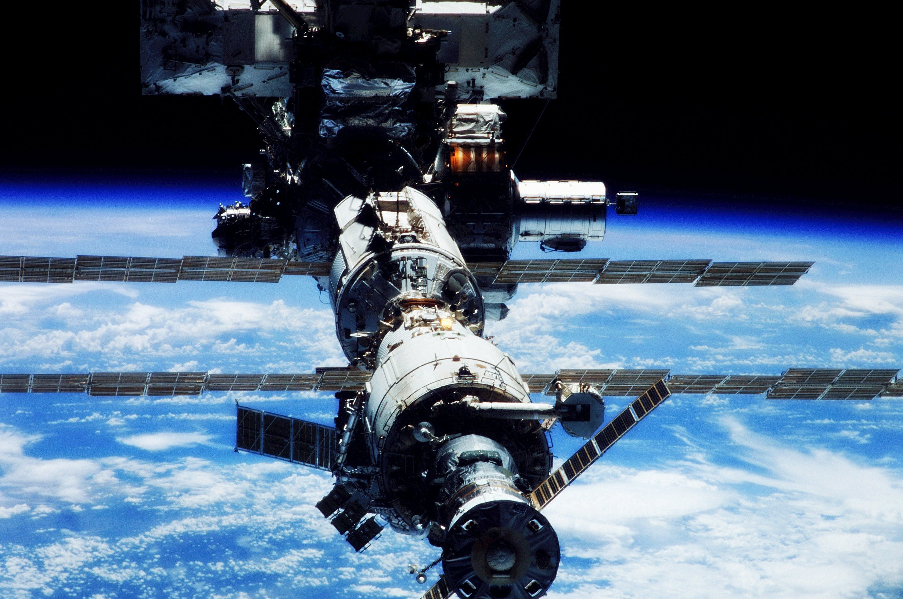 space station leak - HD2960×1964